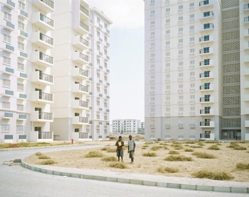 Ville nouvelle de KILAMBA. Construite par les chinois en 3 ans, ce doit être la nouvelle capitale administrative. Tout juste inagurée et encore vide, elle comprend plus de 700 batiments et a une capacité de 120 000 habitants. Avec des crèches, des ter