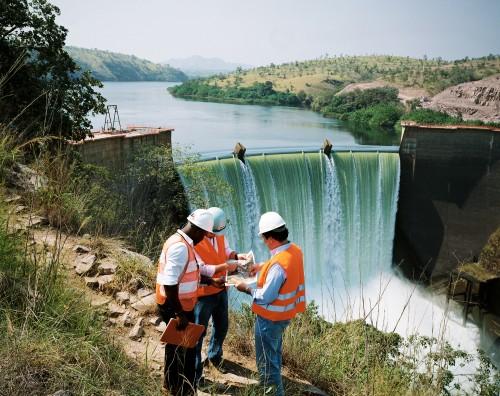 Des ingénieurs brésiliens et angolais face au barrage de Cambambe. Des travaux menés par la société brésilienne Odrebrecht vont permettre de quintupler la puissance du barrage en rehaussant sa hauteur et créant de nouvelles turbines. Le barrage dev