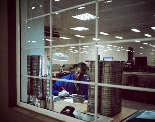 Dans l'usine de Bevcan, crée en avril 2011 et  joint venture d'une société sudafricaine et angolaise. S'associer avec des investisseurs locaux est une obligation pour obtenir l'agrément de l'administration. Bevcan compte 160 collaborateurs et va inaug
