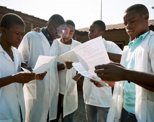 Ecole Eiffel de Malanje. Fondée et financée par le Groupe TOTAL (suite à la visite du président Sarkozy dans le pays), elle accueille 144 éleves de lycée pour un cursus scientifique. Les éleves suivent 3 h de français et 3h d'anglais par semaine.