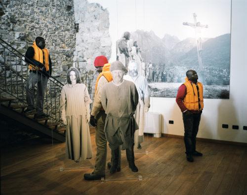 Des immigrés africains visitent un musée dans la ville de Cerveno