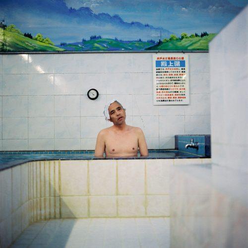 Tokyo comme un décor/Géo 2005mots clès : portrait/homme/solitude/bleu