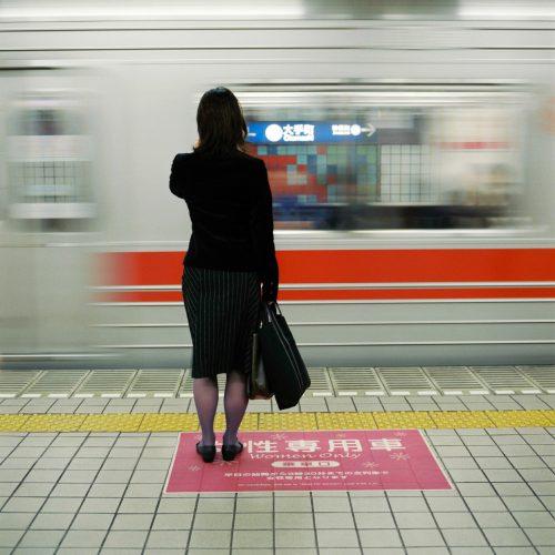 Tokyo comme un décor/Géo 2005mots clès : femme/caché/rouge