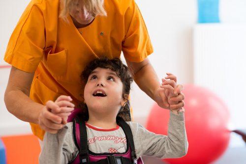 Un enfant handicapé pendant un jeu éducatif