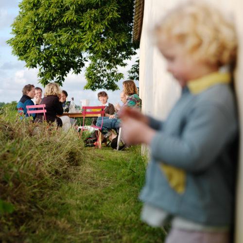 apéritif entre amis dans le jardin, Bretagne